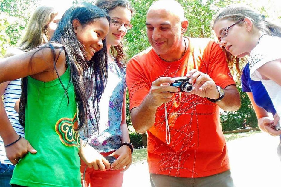 Michael Bamberger zeigte den Schülerinnen und Schülern, was für gute Porträtfotos wichtig ist und gab Tipps für die Actionfotografie. (Foto: privat)