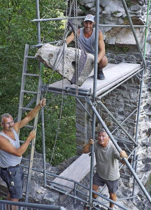 Für die fachgerechte Wiedereinsetzung ...nior (oben) sowie Gottfried Nauwerck.   | Foto:  WOLFGANG ADAM