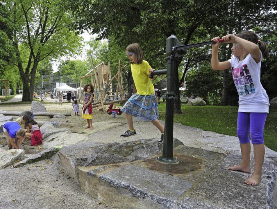 Wasser und noch viel mehr: der Kinderspielplatz –  daneben  der Bolzplatz.  | Foto: Thomas Kunz