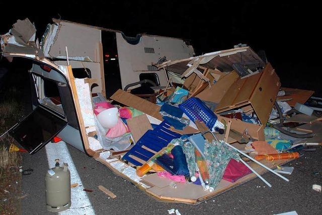 Auffahrunfall: Drei Leichtverletzte und ein völlig zerstörter Wohnwagen