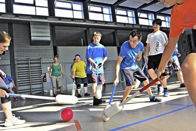 Ein Ball vereint Behindert und Nichtbehinderte im Spiel