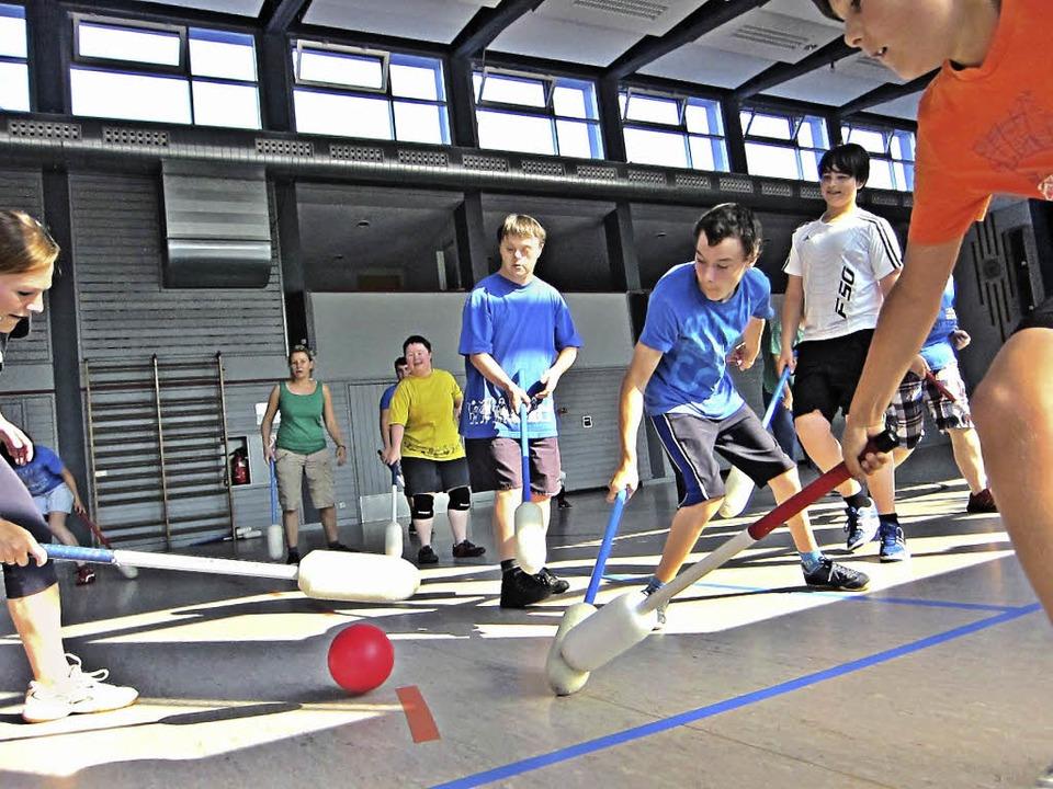 Ein Ball vereint Behindert und Nichtbehinderte im Spiel.   | Foto: Rafael Kurz