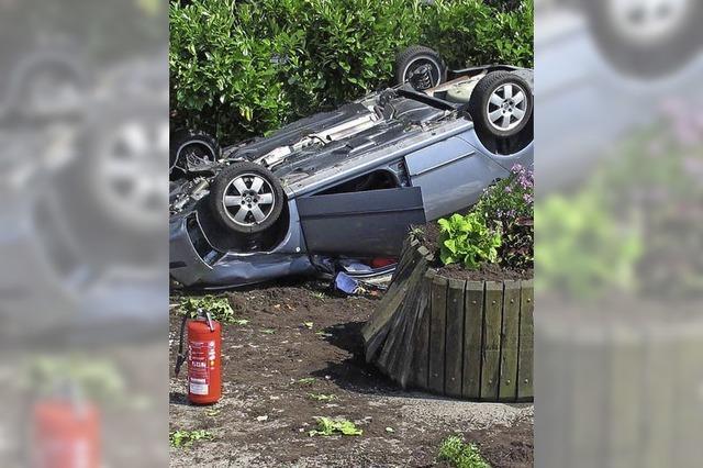 Auto landet auf dem Dach