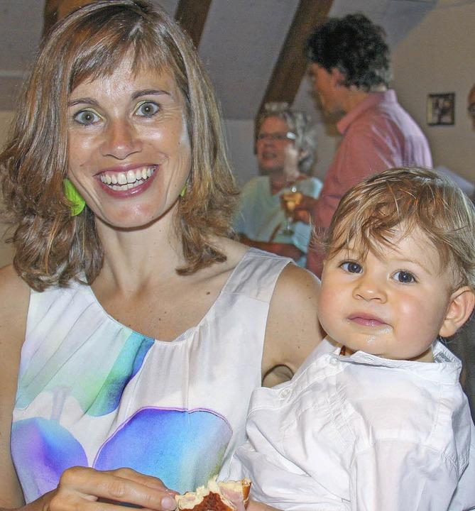 Grafenhausens jüngster Künstlernachwuchs, gut gelaunt und sicher auf Mamas Arm.  | Foto: Chris Seifried