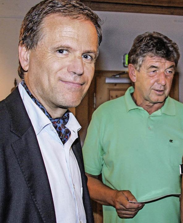 Laudator Jürgen Glocker, hier mit dem ...germeister Thomas Fechtig aus Riedern.  | Foto: Chris Seifried