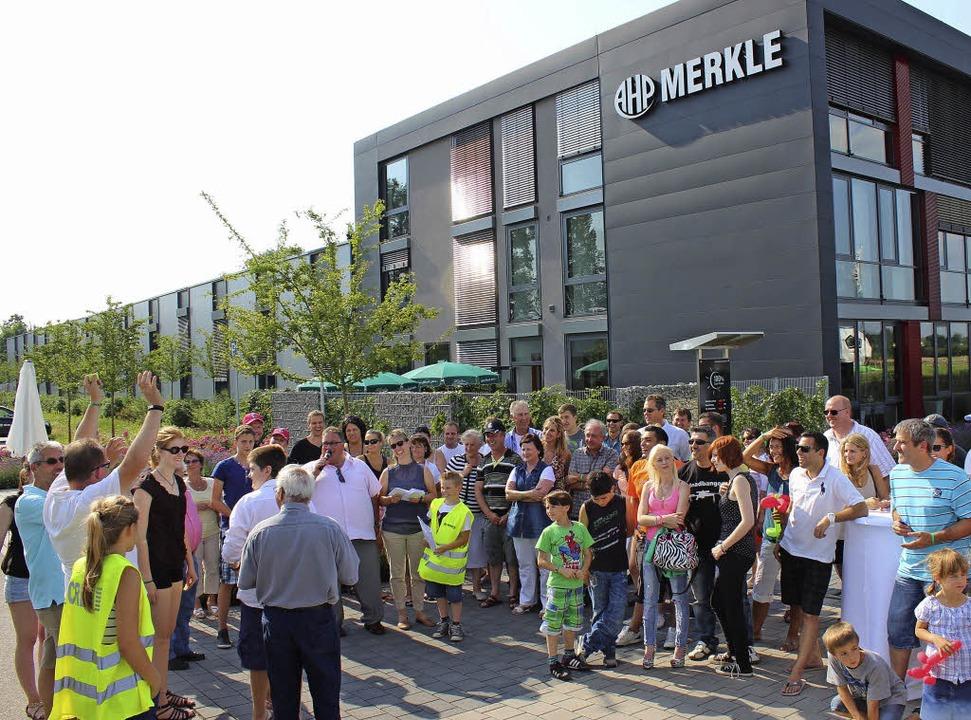 Beim Straßenfest  der Firma AHP Merkle...Mikro) die  Tombola- Gewinner bekannt.  | Foto: mario schöneberg