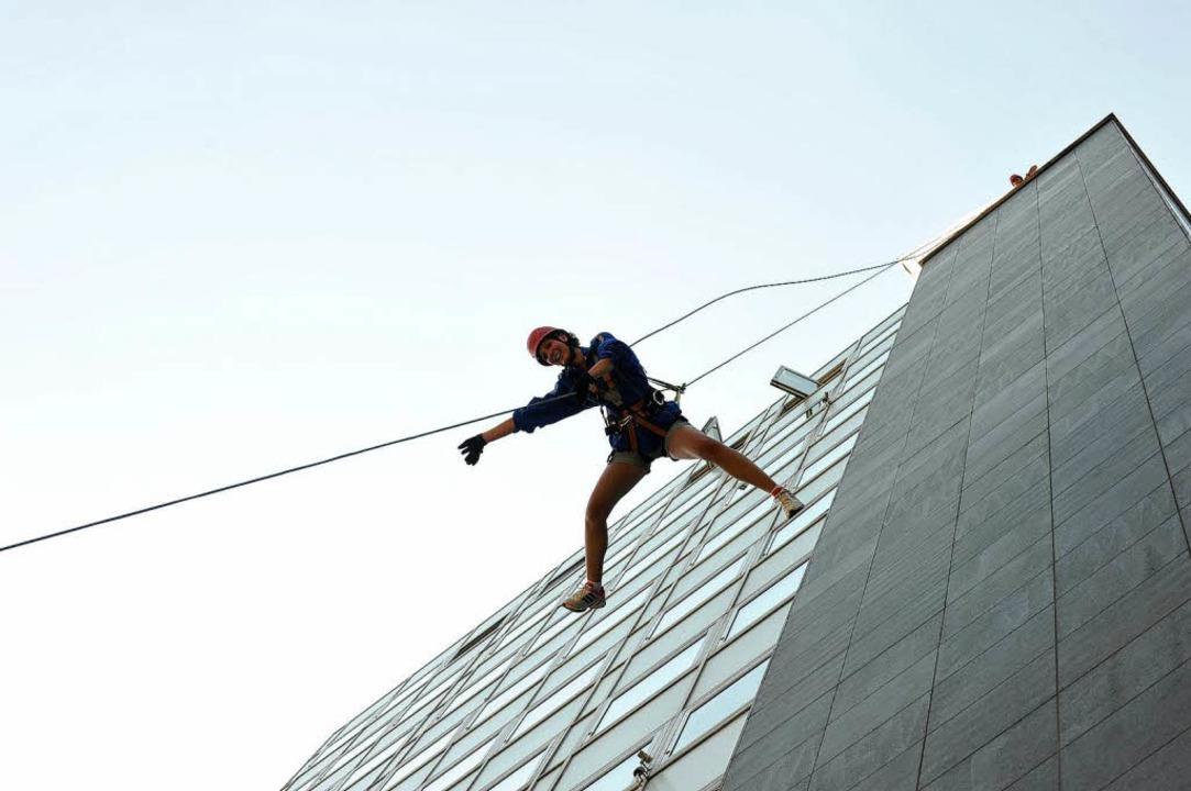 In 42 Metern Höhe  startet der Nervenkitzel: Houserunning an der Bismarckallee.   | Foto: Rita Eggstein