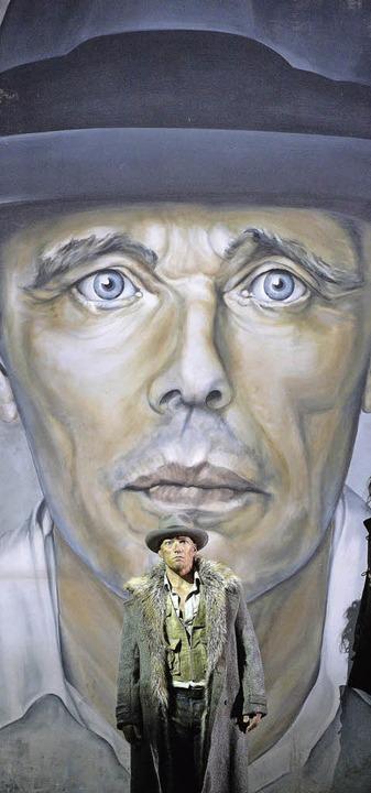 Christopher Maltmans Gawain ähnelt Joseph Beuys.   | Foto: dpa