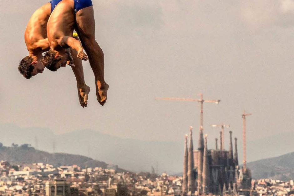 Hoch über den Dächern der katalanischen Metropole springen die Deutschen Patrick Hausding und Sascha Klein zu Gold. (Foto: dpa)