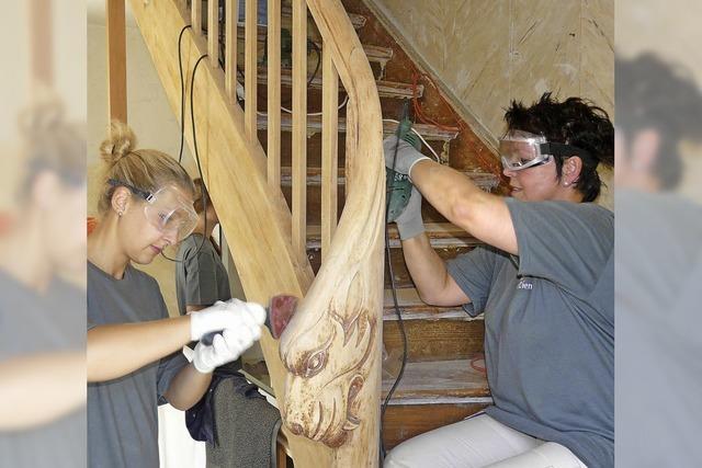 Viele Hände helfen beim Umbau mit