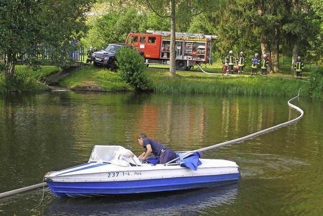 Schauübung: Mit dem Tretboot gegen die Ölpest