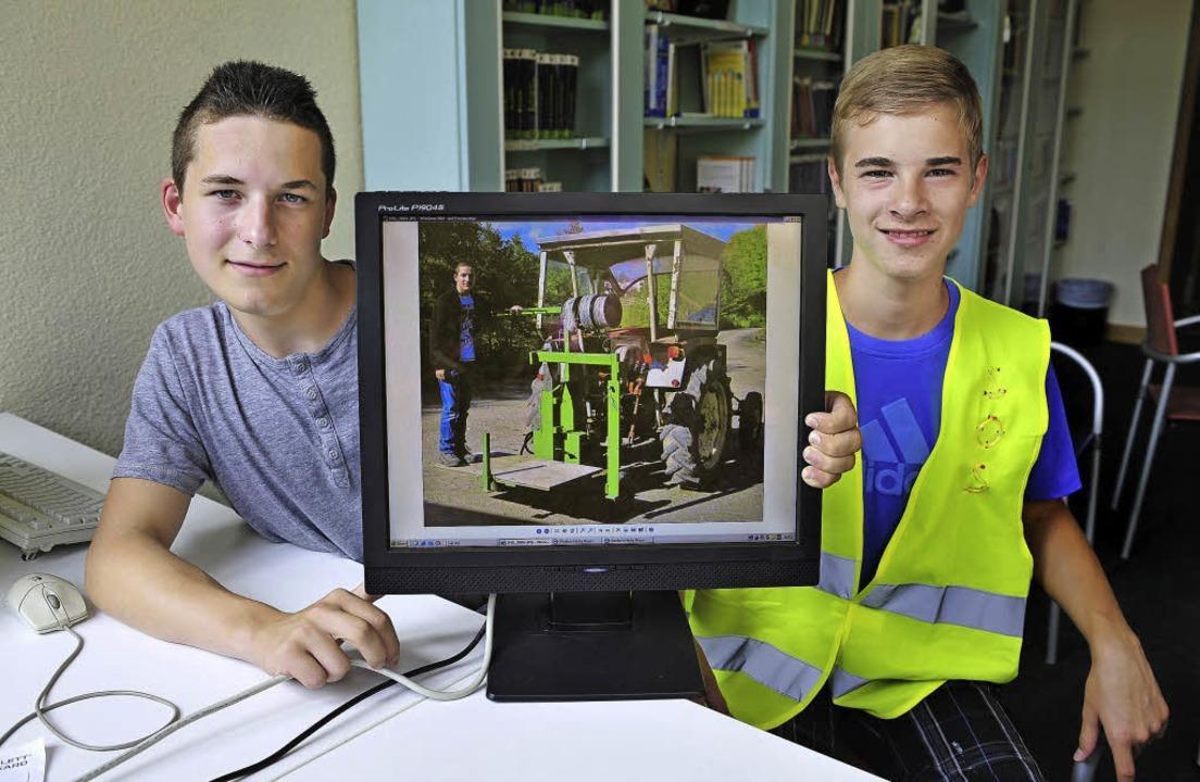 Vinzenz Wetzel (links) und Levin Erb, ...n erfunden, Levin eine SOS-Warnweste.   | Foto: Thomas Kunz