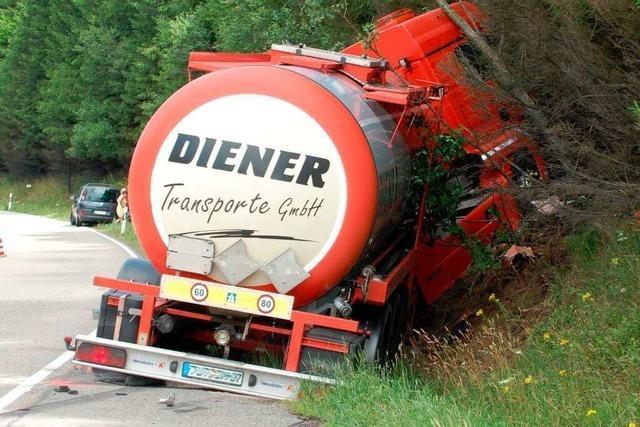 Tankwagen und Auto krachen bei Titisee-Neustadt aufeinander