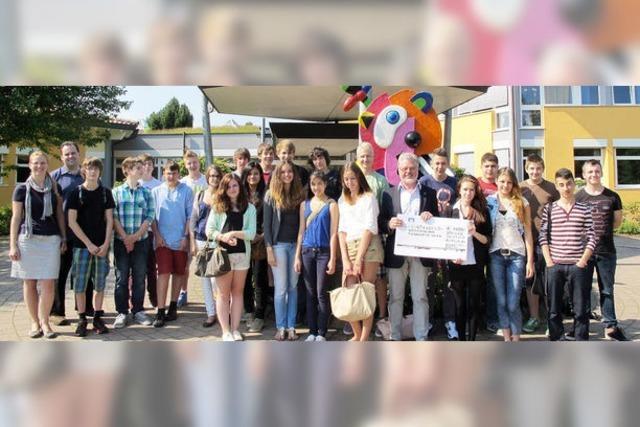 Achtklässler spenden Tütengeld für krebskranke Kinder
