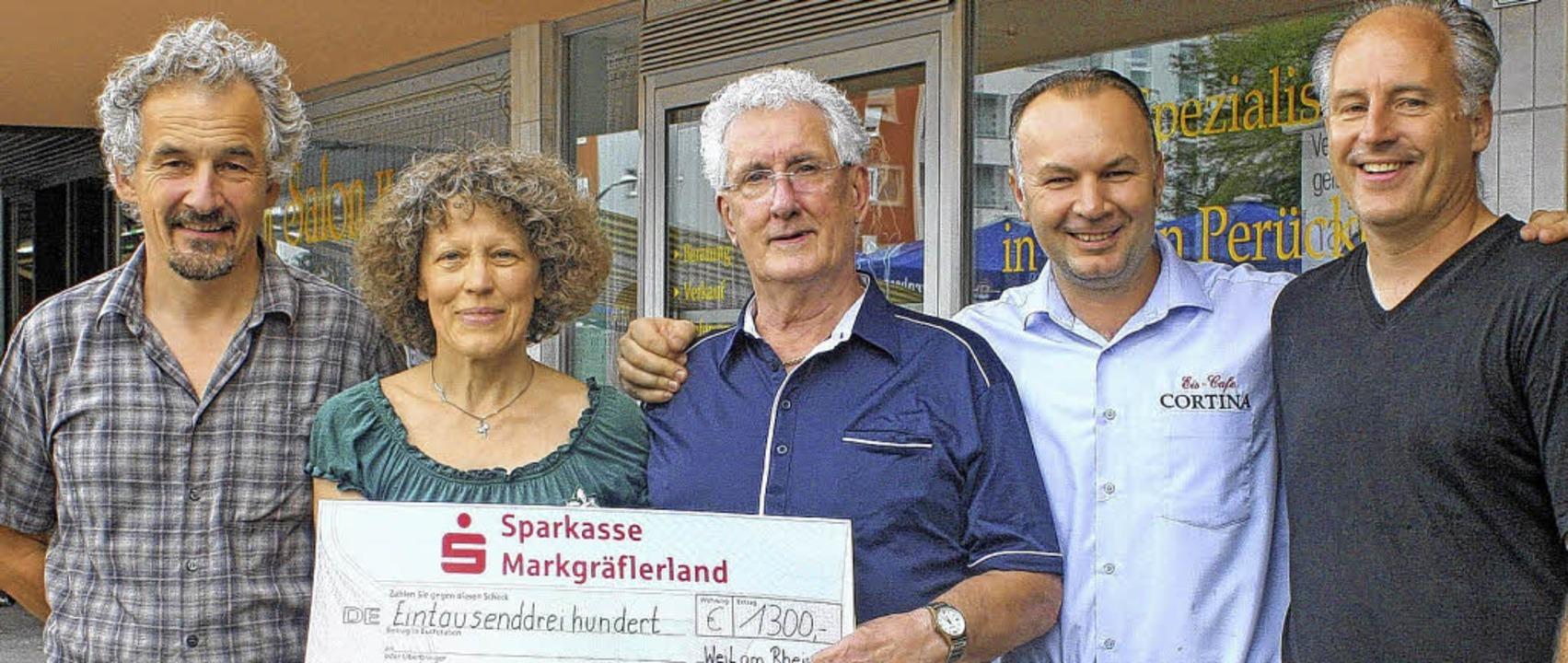 Bei der Spendenübergabe auf dem Berlin...d Apotheker Axel Gerhardt (von links).  | Foto: Privat