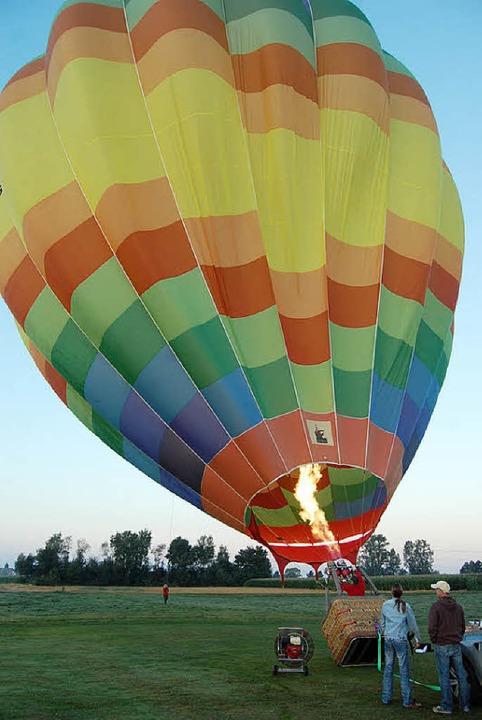 Soll bei Dunkelheit glühen: der regenbogenbunte Ballon von Günter Walter  | Foto: Archivfoto: Hagen Späth
