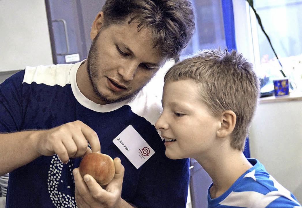Wo ist der Wurm? Beim Ferienprogramm d...auch praktischen Naturkundeunterricht.  | Foto: Sarah Bernhard