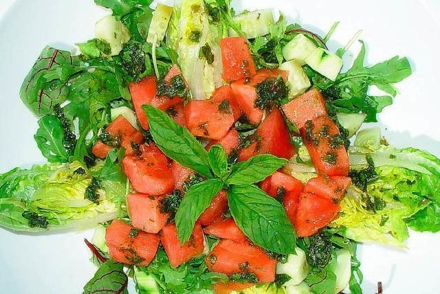 Salat mit Wassermelone und viel frischer Minze