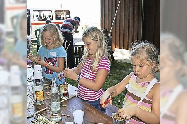 Kinder bauen Insektenhotel