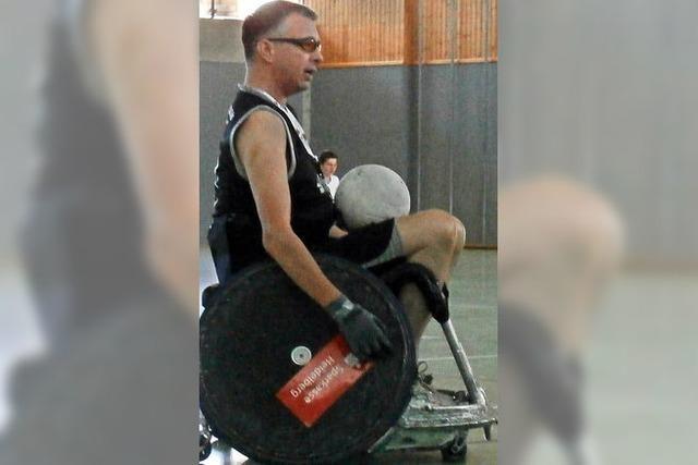 Jugendliche jagen im Rollstuhl dem Ball hinterher