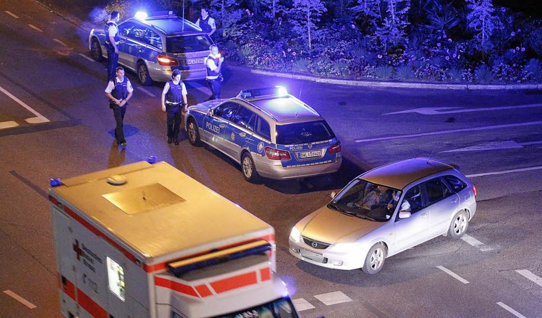 Alle Hände voll zu tun hatten Polizei und Rotes Kreuz in der Nacht zum Samstag.  | Foto: Mandoga Media