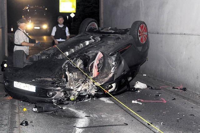 Ein Auto steckt im Stadttor fest