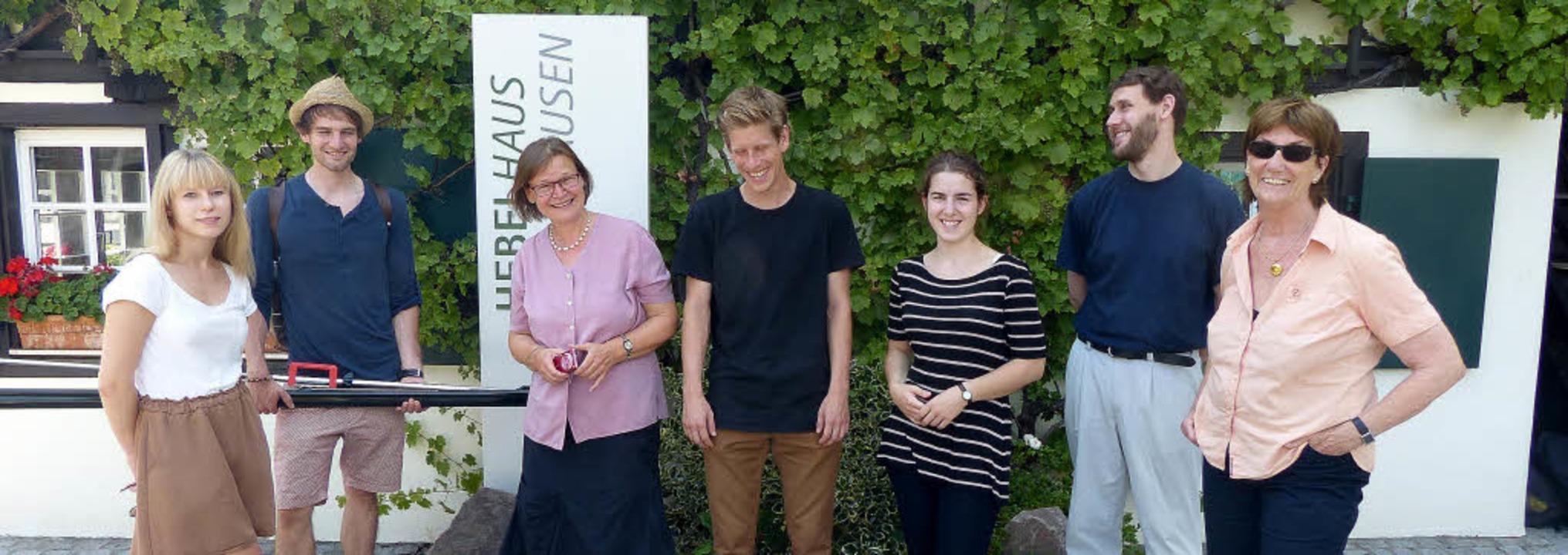 Entwickeln Ideen,wie das Literaturmuse...Dritte  von links) vor dem Hebelhaus.     Foto: Privat