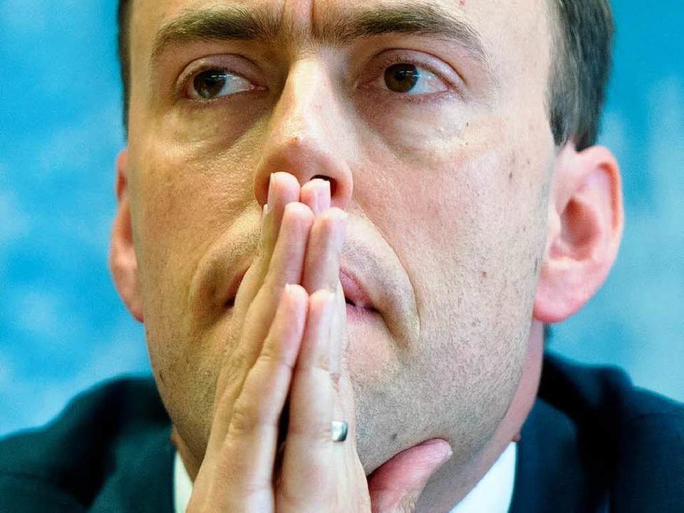 Finanzminister Nils Schmid geht bei de...n auf Distanz zum Ministerpräsidenten.  | Foto: DPA