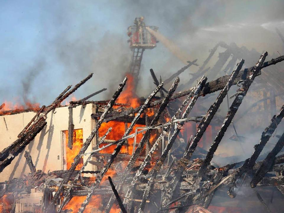 Das Haus geht in Flammen auf.    Foto: Wilfried Dieckmann
