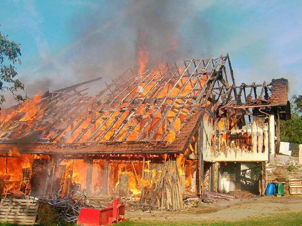 Das Haus geht in Flammen auf.  | Foto: Wilfried Dieckmann