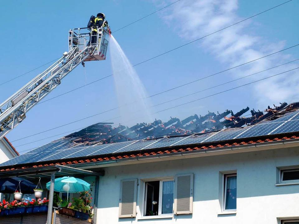 Dachstuhlbrand in Lörrach-Brombach: Die Löscharbeiten sind noch im Gang.   | Foto: Paul Schleer