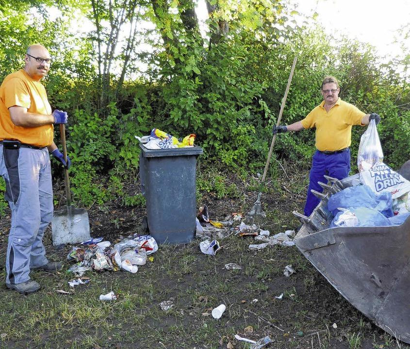 Bernd Kohn (links) und Wolfgang Martin...ür die Säuberungsaktion des Riedsees.     Foto: Lendle