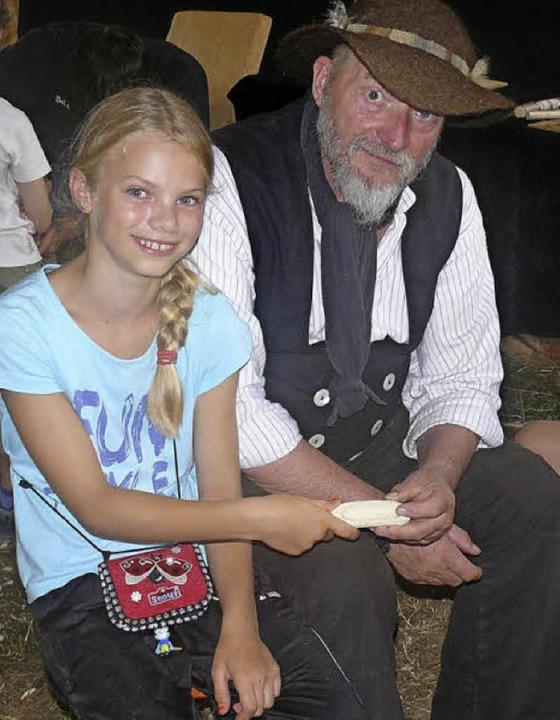 Holzkunst in der Jurte: Schnitzer Pete... aus Menzenschwand ist wieder dabei.    | Foto: ble