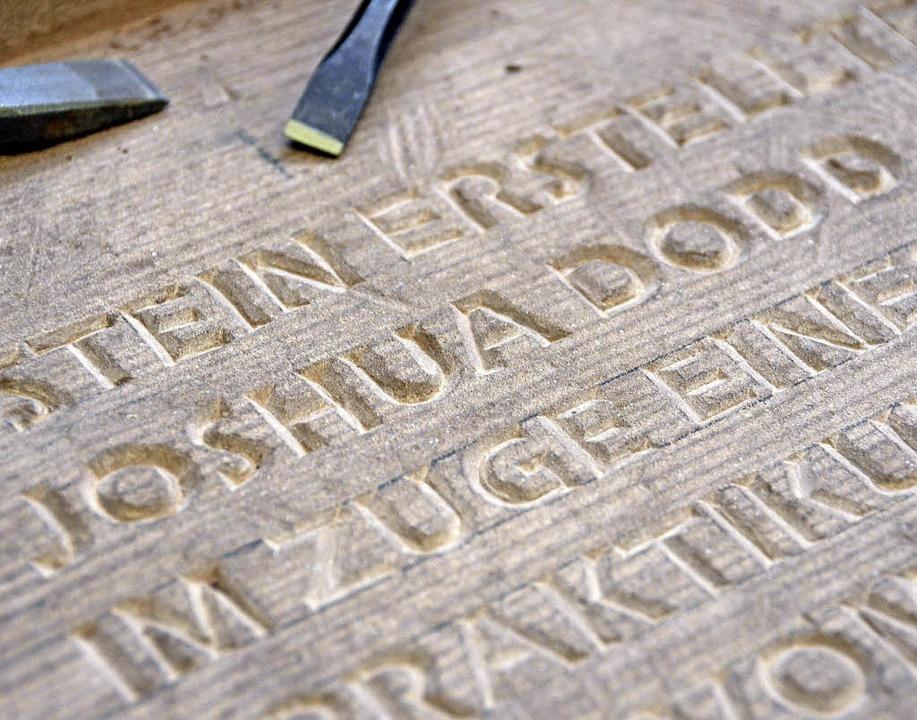 Auch seinen Namen hat der Praktikant aus den USA in den Sandstein gehauen.  | Foto: Tanja Bury
