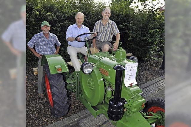 Tuckernde Oldtimer und fußbetriebene Traktoren