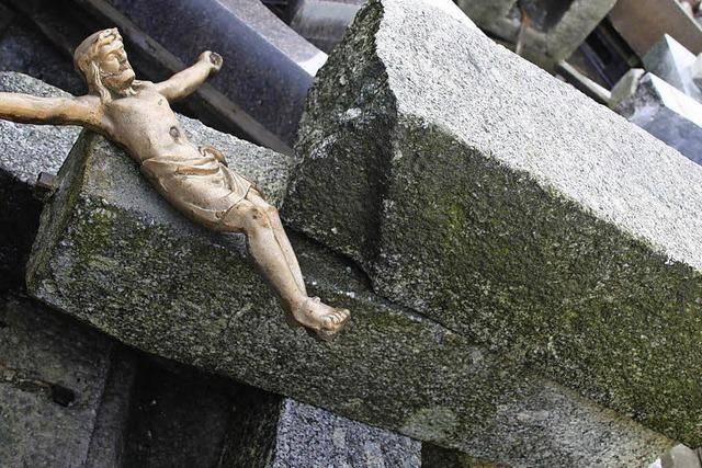 Altes Kreuz soll wieder auf den Sockel