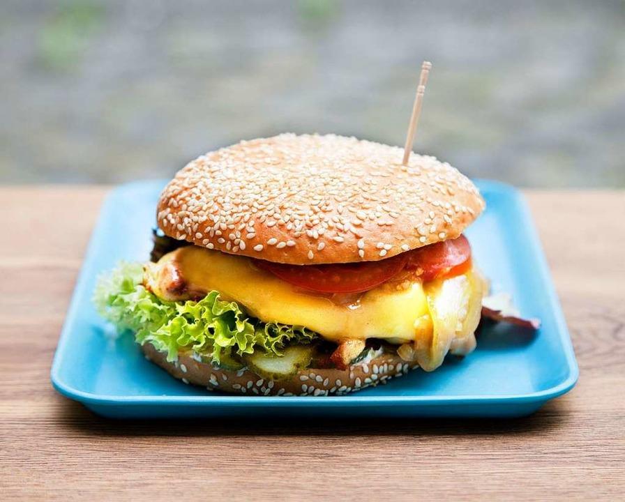 Ein stattliches Türmchen: der Chili-Cheeseburger   | Foto: Michael Wissing