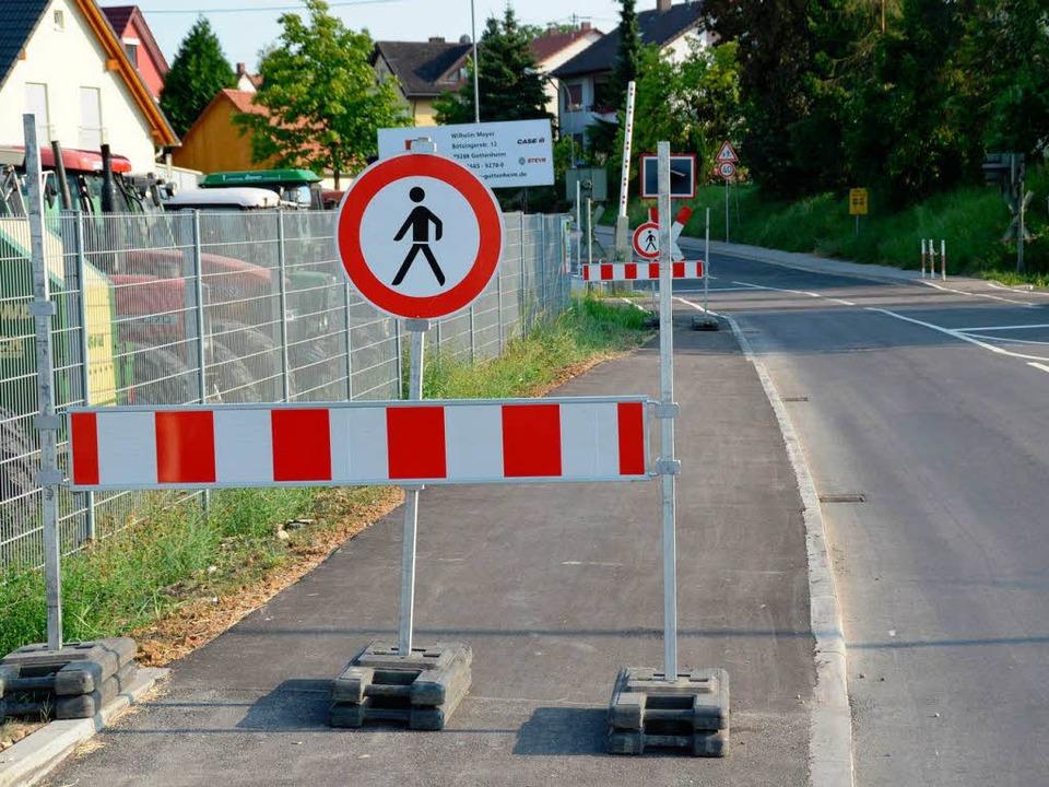 Gesperrt ist der neue Gehweg zwischen ...iell gar nicht als Radweg ausgewiesen.  | Foto: Manfred Frietsch