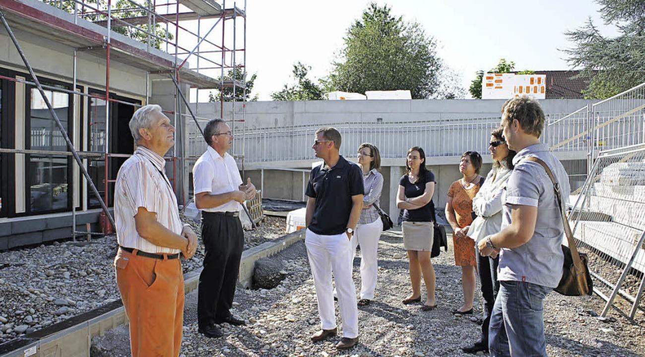Bürgermeister Huber (Zweiter von links...itte) das Konzept des Jugendzentrums.   | Foto: Privat