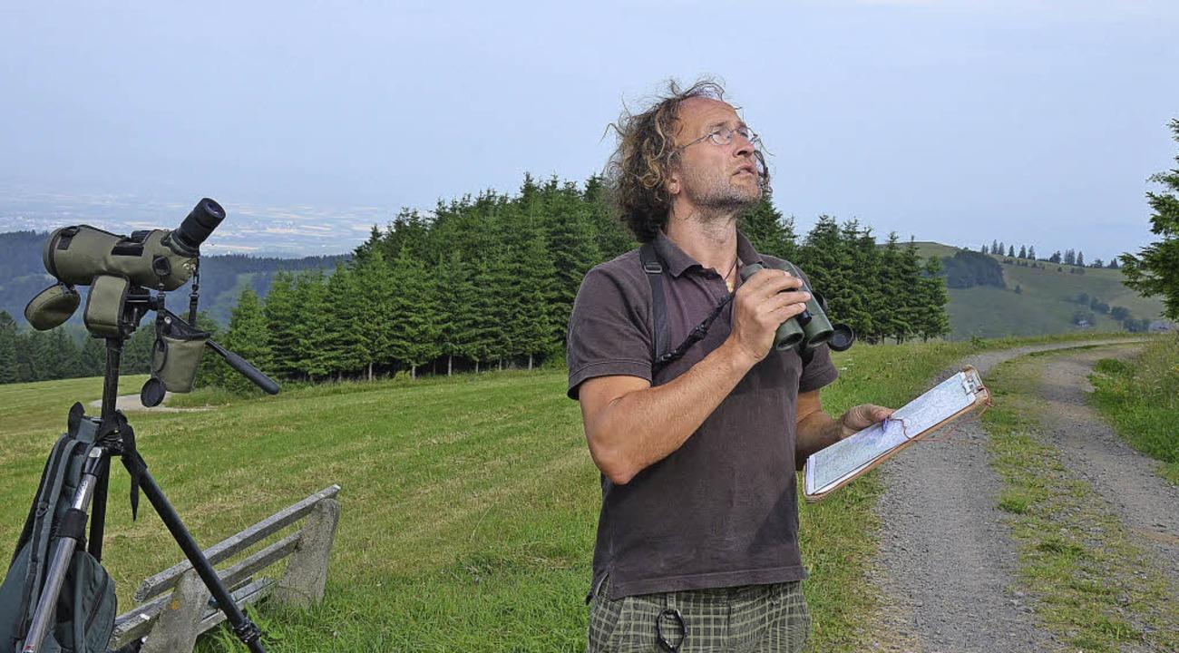 Frank Wichmann sucht in der Nähe des  ...n Himmel nach gefährdeten Vögeln  ab.   | Foto: Gabriele Hennicke/dpa
