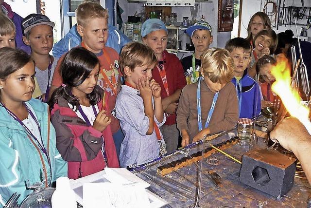 Ferienkinder beim Glasbläser