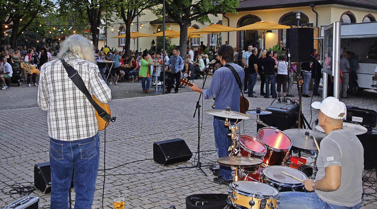 Steven Bailey und seine Band spielten ...em alten Rathausplatz in Niederhausen.  | Foto: Jörg Schimanski