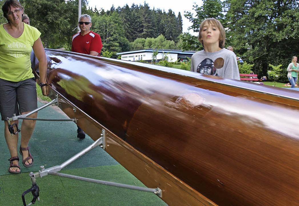 Annelies Bredael  lässt das Boot  selbst zu Wasser.    Foto: Marion Pfordt