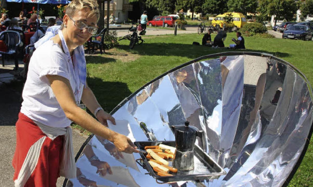 Messeorganisatorin Ellen Gemeinhardt b...enden von Tofu-Würsten am Solargrill.   | Foto: Andreas Peikert