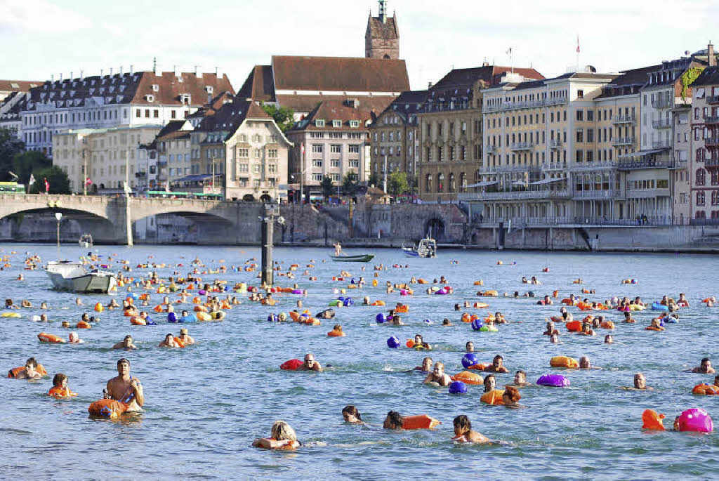 3000 menschen beteiligten sich am am basler rheinschwimmen basel badische zeitung. Black Bedroom Furniture Sets. Home Design Ideas