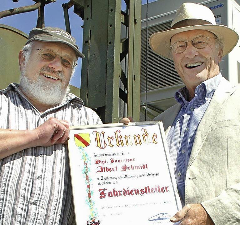 Karl Argast (links) ehrt Albert Schmidt.   | Foto: Wieschenkämper