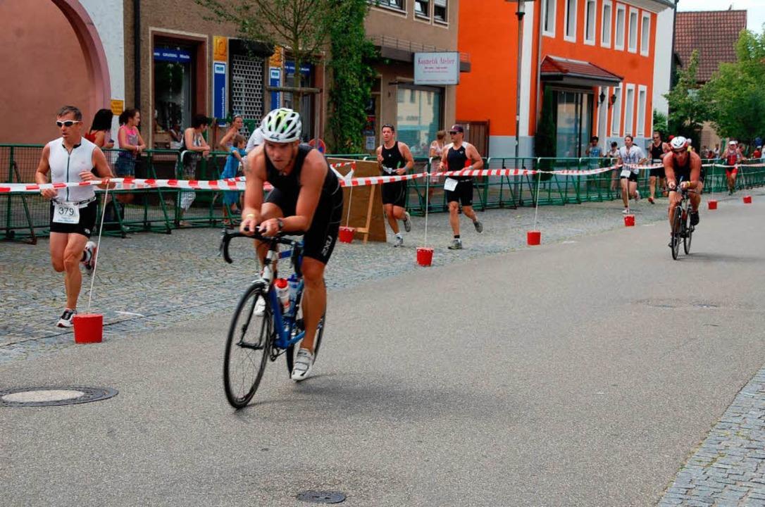 Während die Jedermänner schon Richtung...Mitteldistanz noch auf der Radstrecke.  | Foto: Jörg Schimanski