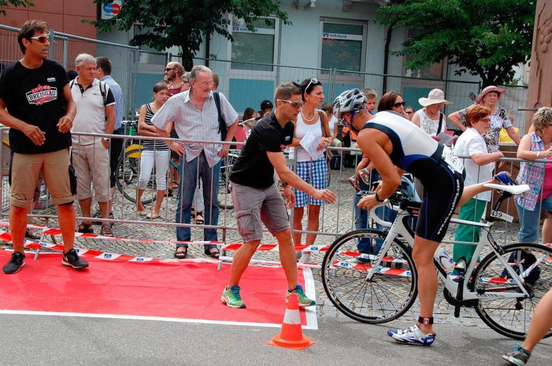 Das Team in der Wechselzone Rad/Laufen...er präszise wie ein Schweizer Uhrwerk.  | Foto: Jörg Schimanski