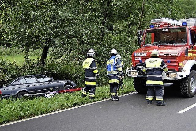 Hinteres Bleichtal: Feuerwehr sichert Auto vor dem Abrutschen
