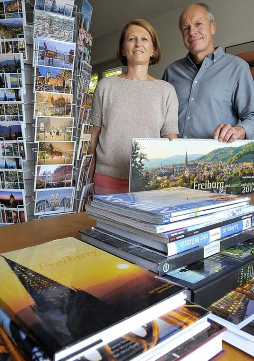 Karl-Heinz Raach und seine Frau Antje ...nmitten ihrer breiten Produktpalette.   | Foto: Bamberger
